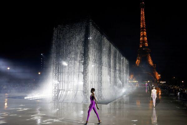 Modele demonstrē Entonija Vakarello darbu Modes nedēļā Parīzē - Sputnik Latvija