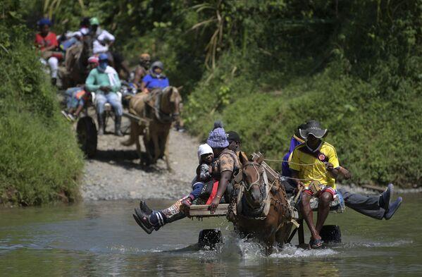 Migranti no Haiti šķērso upi Kolumbijā - Sputnik Latvija