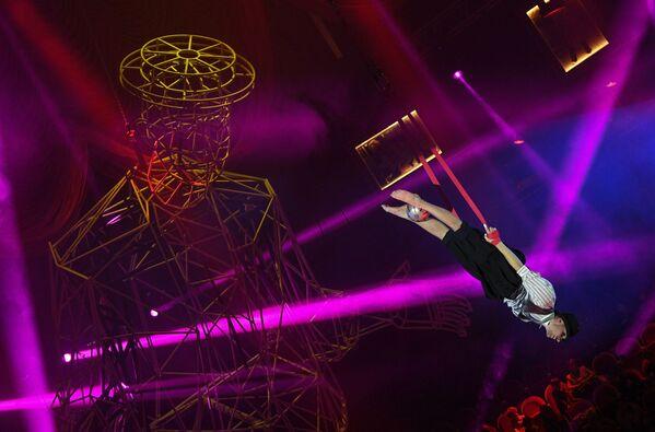 Gaisa vingrotājs Sanktpēterburgas Valsts cirkā. Programma par godu Jurija Ņikuļina 100. dzimšanas dienai - Sputnik Latvija