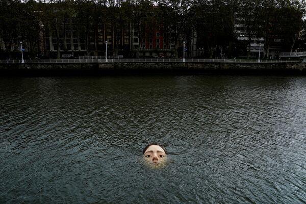 Meksikāņu mākslinieka Rūbena orosko skulptūra no stikla šķiedras noslīkusi Nerviona upē Bilbao - Sputnik Latvija
