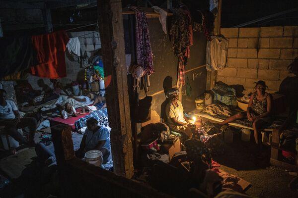 Cilvēki dzīvo par ilgtermiņa patversmi pārvērstā skolā Haiti - Sputnik Latvija
