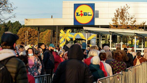 Открытие супермаркетов сети Lidl в Риге вызвало ажиотаж у рижан и очереди у магазинов - Sputnik Латвия