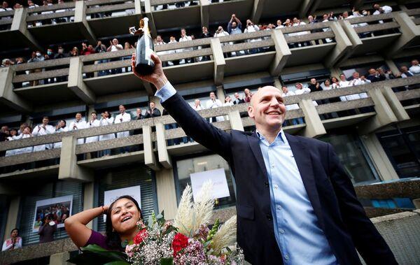 Немецкий ученый Бенджамин Лист, который вместе с Дэвидом Макмилланом получает Нобелевскую премию по химии 2021 года за разработку асимметричного органокатализа, празднует с доброжелателями в Институте исследования угля Макса Планка в Мюльхайм-ан-дер-Рур, Германия. - Sputnik Латвия