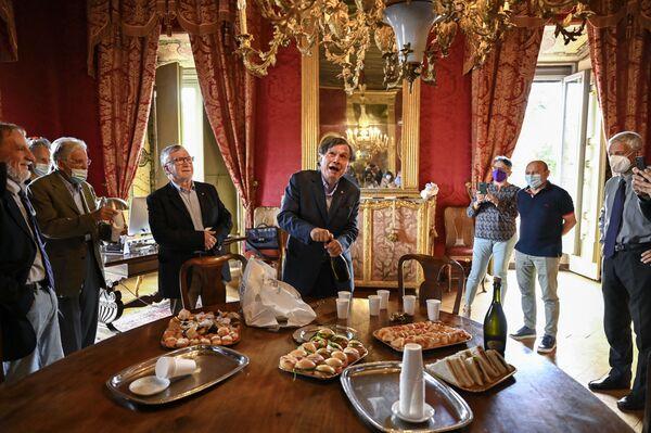 Итальянский ученый и физик Джорджио Паризи откупоривает бутылку игристого вина, для того, чтобы отпраздновать с коллегами-учеными получение премии.  - Sputnik Латвия