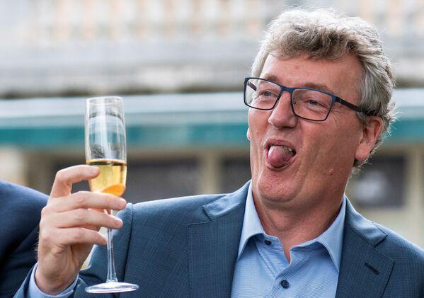 Профессор Принстонского университета шотландского происхождения Дэвид В.К. Макмиллан, который вместе с Бенджамином Листом получает Нобелевскую премию по химии 2021 года за разработку асимметричного органокатализа, празднует это событие бокалом шампанского в Принстоне, штат Нью-Джерси, США. - Sputnik Латвия