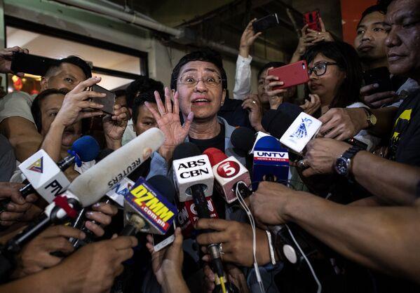 На этой архивной фотографии, сделанной 14 февраля 2019 года, изображена филиппинская журналистка Мария Ресса, которая делает заявление после внесения залога в региональный суд первой инстанции в Маниле.  - Sputnik Латвия