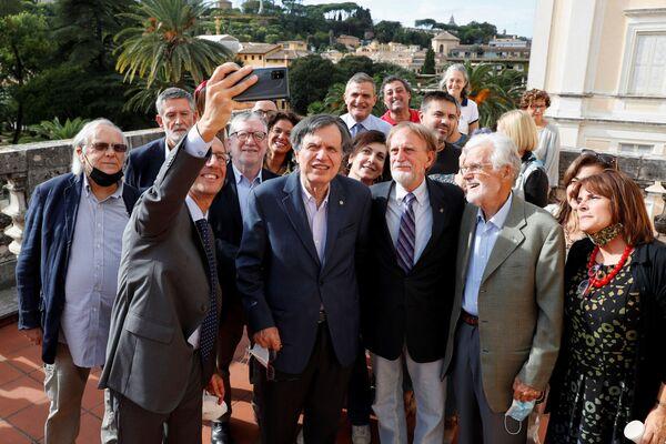Лауреат Нобелевской премии по физике итальянский ученый Джорджио Паризи делает селфи со своими коллегами после объявления в Риме, Италия - Sputnik Латвия