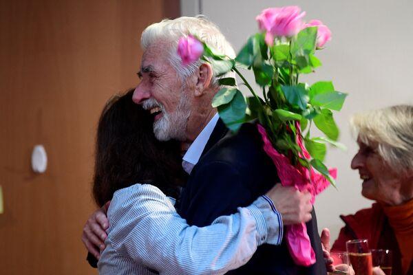 Поздравления Герману Клаусу Хассельману после получения Нобелевской премии по физике 2021 года в Институте Макса Планка в Гамбурге, Германия. - Sputnik Латвия