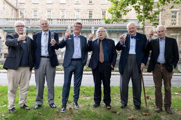 No kreisās uz labo: Prinstonas Universitātes Nobela prēmijas laureāti biologs Ēriks Frensiss Višauss, astrofiziķis Džozefs Hūtons Teilors- jaunākais, ķīmiķis Deivids V.K. Makmilans, fiziķis Dunkans Holdeins, ekonomists Anguss Dītons un ekonomists Kristofers Simss, paceļ glāzes par Makmilanu, vienu no diviem Nobela prēmijas laureātiem ķīmijā, 2021. gada 6. oktobrī. - Sputnik Latvija