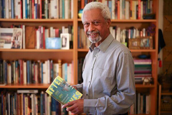 2021. gada Nobela prēmijas laureāts literatūrā Tanzānijas rakstnieks Abdulazaks Gurna savā mājā Kenterberijā, Lielbritānijā. - Sputnik Latvija