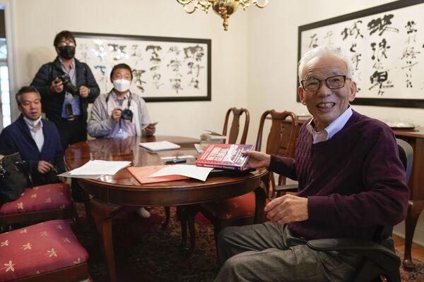 Nobela prēmijas fizikā laureāts Sjukoro Manabe (no labās) sarunājas ar žurnālistiem savā mājā Prinstonā, Ņūdžersijā. - Sputnik Latvija