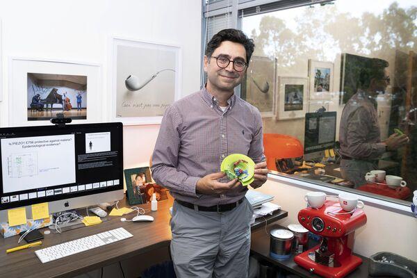 """Armēņu-amerikāņu biologs un neirologs Ardems Pataputians ar proteīna """"Piezo"""" modeli savā birojā Dorisas neiroloģijas centrā. - Sputnik Latvija"""
