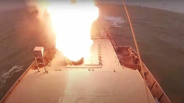Корабль ВМФ России поразил береговые цели крылатыми ракетами Калибр - Sputnik Латвия
