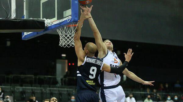 Латвийский баскетболист Марекс Мейерис (справа) - Sputnik Латвия