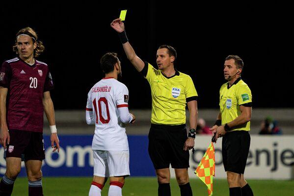 Игрок сборной Турции Хакан Чалханоглу получает желтую карточку - Sputnik Латвия