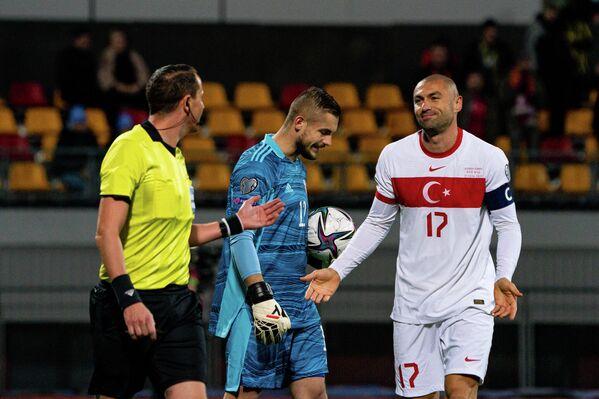 Игрок сборной Турции Бурак Йылмаз извиняется за фол против латвийского вратаря Робертса Озолса - Sputnik Латвия