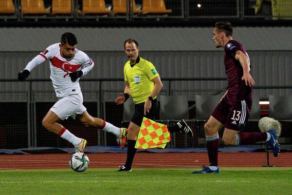 Дженгиз Ундер (слева с мячом) пытается обыграть защитника Райвиса Юрковскиса - Sputnik Латвия