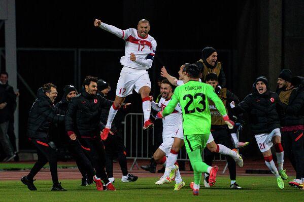 Забивший пенальти в ворота Латвии Бурак Йылмаз радуется победе в матче - Sputnik Латвия