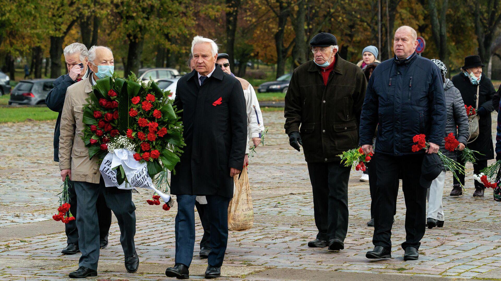 13 октября в День освобождения Риги от немецко-фашистских захватчиков дипломаты посольства России, представители РСЛ, Соцпартии и общественных организаций возложили цветы к памятнику Освободителям Риги в Задвинье - Sputnik Латвия, 1920, 14.10.2021