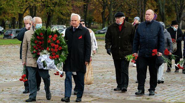 13 октября в День освобождения Риги от немецко-фашистских захватчиков дипломаты посольства России, представители РСЛ, Соцпартии и общественных организаций возложили цветы к памятнику Освободителям Риги в Задвинье - Sputnik Латвия