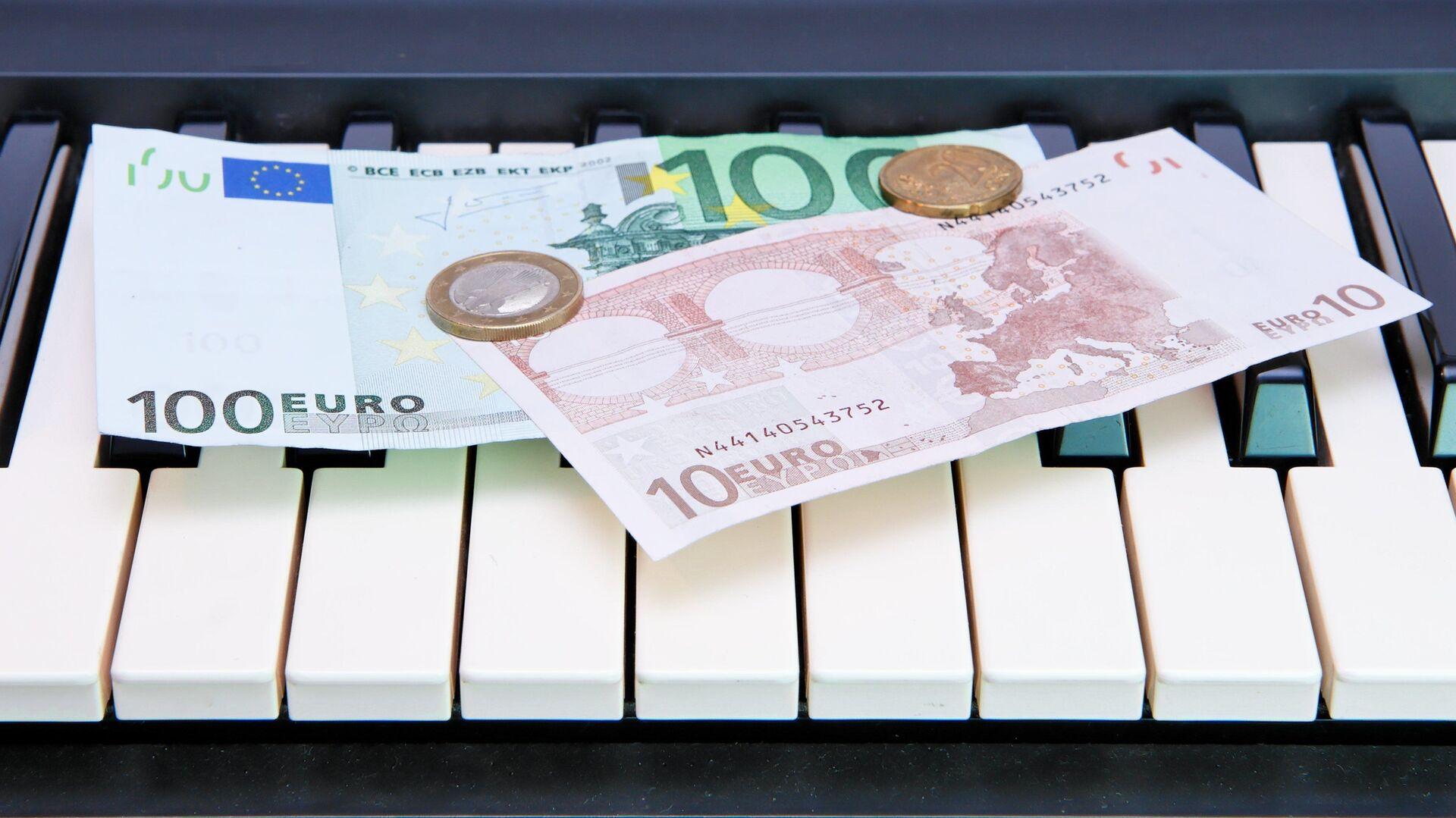 Денежные купюры евро на клавишах синтезатора - Sputnik Латвия, 1920, 14.10.2021