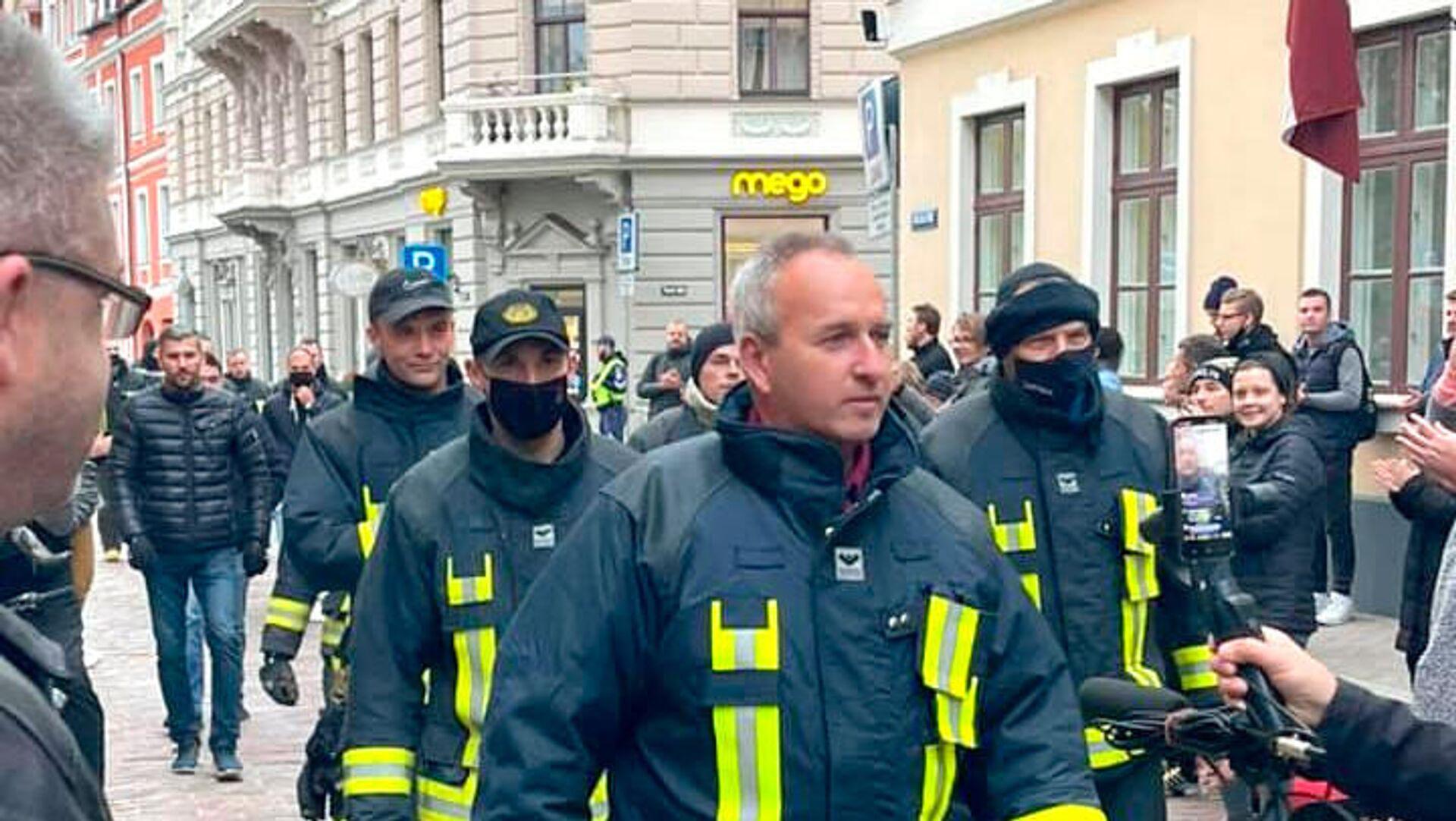 Пожарные протестуют у Сейма Латвии - Sputnik Латвия, 1920, 14.10.2021