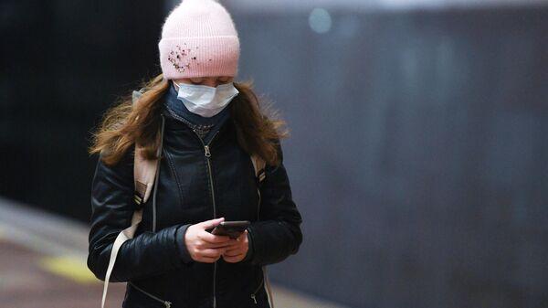 Девушка в медицинской маске - Sputnik Латвия