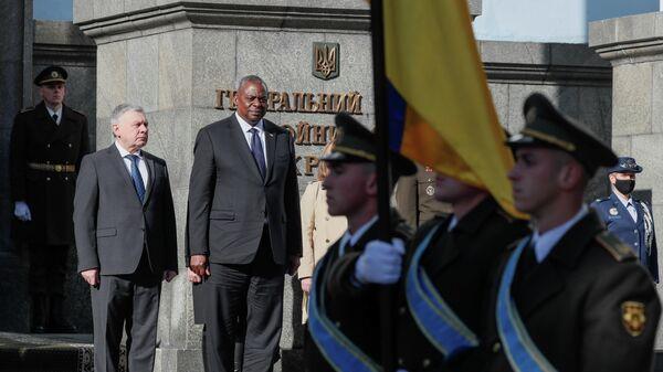 Ukrainas aizsardzības ministrs Andrejs Tarans un ASV aizsardzības ministrs Loids Ostins - Sputnik Latvija