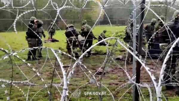 Штурм колючки и жесткое задержание: мигранты прорываются в Польшу видео - Sputnik Latvija
