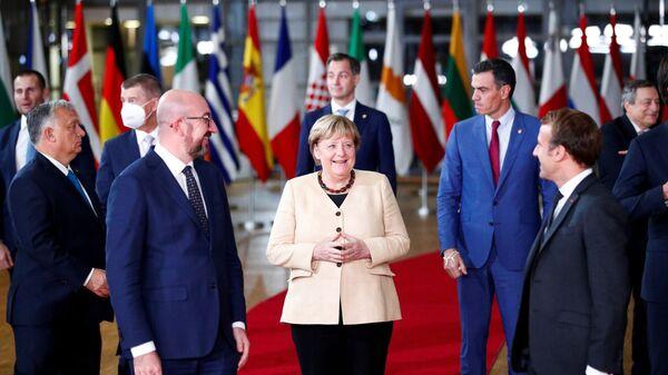 Президент Европейского совета Шарль Мишель, канцлер Германии Ангела Меркель, президент Франции Эммануэль Макрон на саммите ЕС - Sputnik Латвия