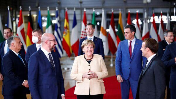 Президент Европейского совета Шарль Мишель, канцлер Германии Ангела Меркель, президент Франции Эммануэль Макрон на саммите ЕС - Sputnik Latvija