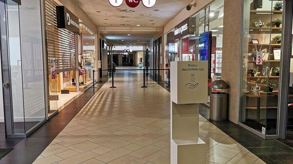 Пустые проходы в торговом центре в Риге - Sputnik Латвия
