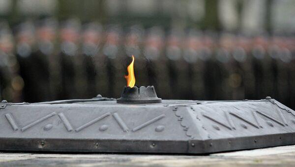 Вечный огонь на братском кладбище - Sputnik Латвия