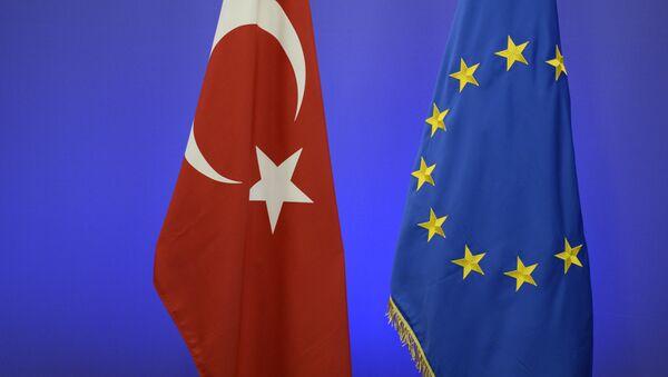 Флаги Турции и ЕС накануне саммита в Брюсселе - Sputnik Latvija