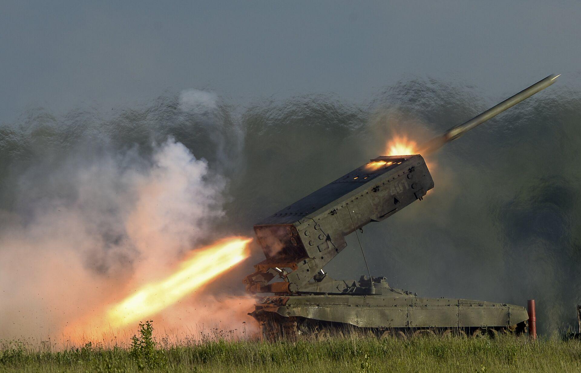 Пуск ракеты тяжелой огнеметной системой залпового огня ТОС-1А Солнцепек  - Sputnik Латвия, 1920, 27.08.2021