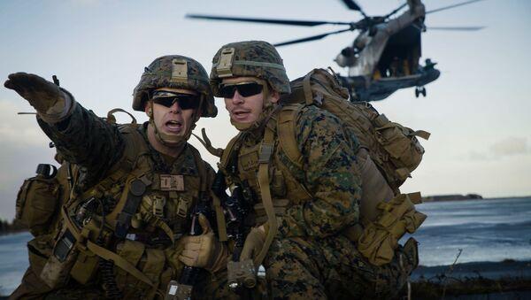 Морские пехотинцы США во время учений НАТО Trident Juncture 18 в Исландии - Sputnik Latvija