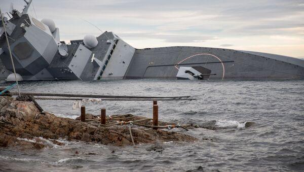 Фрегат Хельге Ингстад после столкновения с танкером у берегов Норвегии. 13 ноября 2018 - Sputnik Latvija
