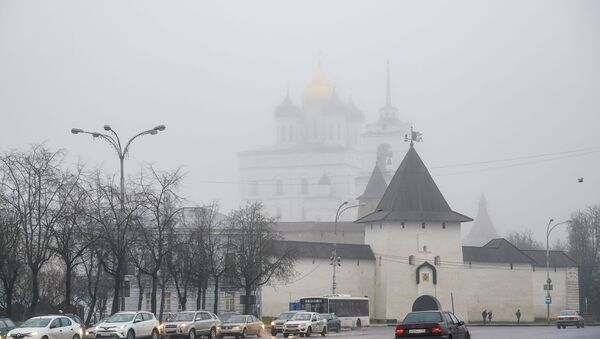 Сквозь дождь и туман просматриваются купола Свято-Троицкого кафедрального собора Псковского кремля - Sputnik Latvija