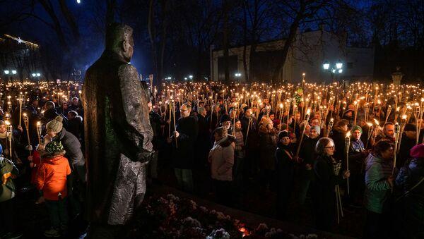 Факельное шествие у памятника Карлису Улманису 18 ноября в Риге - Sputnik Latvija
