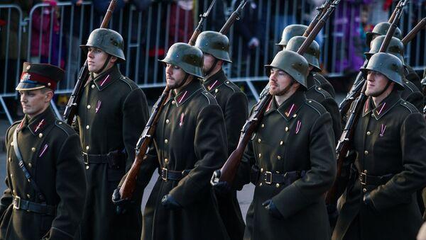 Латвийские солдаты на параде в честь столетия Латвии - Sputnik Латвия