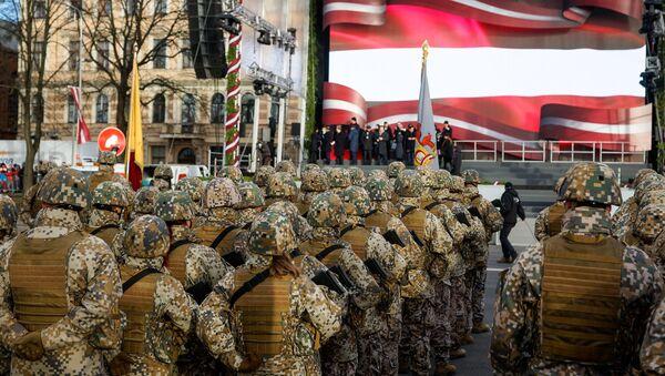 Латвийские военнослужащие на параде в честь столетия Латвии - Sputnik Латвия