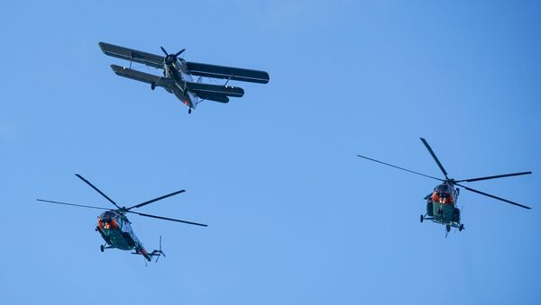 Транспортный самолет Ан-2 и вертолеты Ми-17 Латвийских ВВС на параде в честь столетия Латвии - Sputnik Латвия