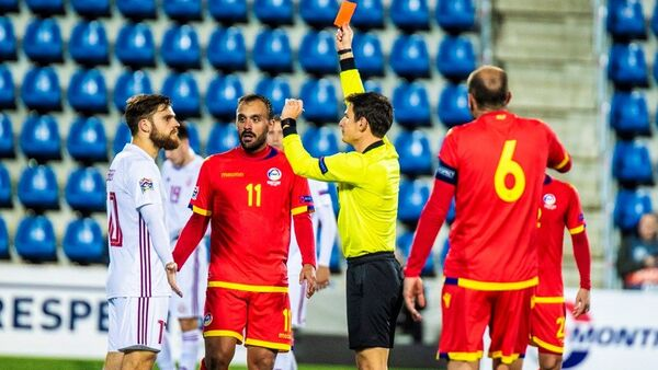 Красная карточка нападающему сборной Латвии Валерию Шабале (слева) в выездном матче Лиги наций против Андорры, 19 ноября 2018 года - Sputnik Латвия