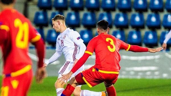 Полузащитник сборной Латвии Андрей Цыганик (в центре)  спасает мяч в матче Лиги наций против Андорры, 19 ноября 2018 года - Sputnik Латвия