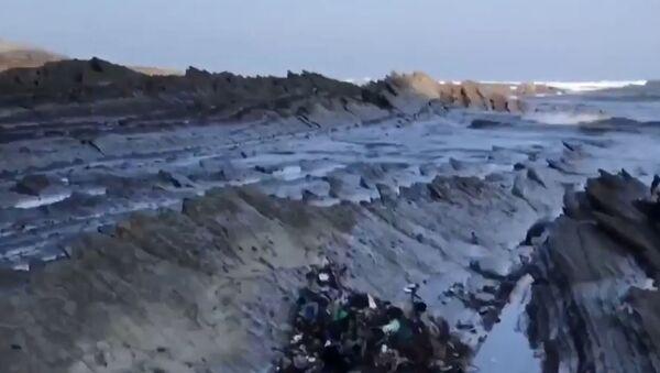 Необычные пляжи Сумайи погрязли в мусоре - Sputnik Латвия
