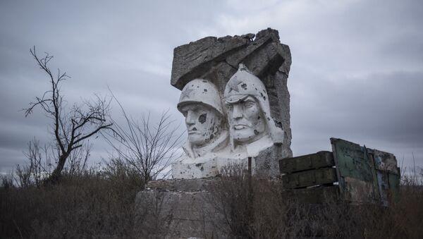 Скульптура, поврежденная в результате обстрела, в поселке Зайцево Донецкой области - Sputnik Латвия