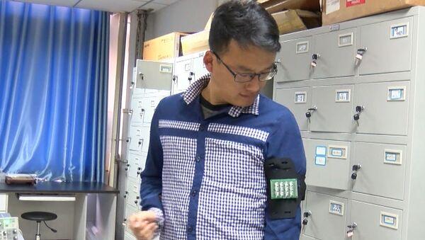 Китайские ученые превратили человека в зарядку для телефона - Sputnik Латвия