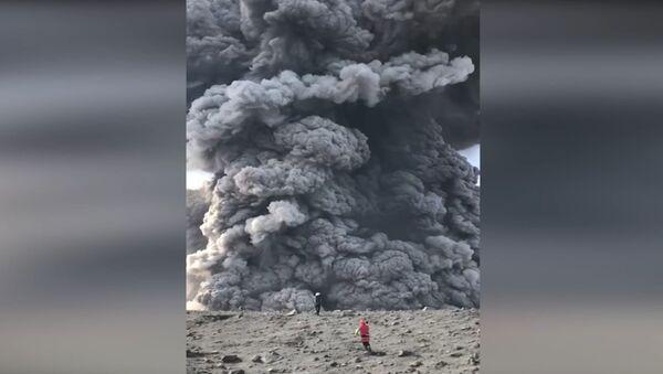 Tūristi nejauši uzņēmuši video vulkāna atmošanos Kuriļu salās - Sputnik Latvija