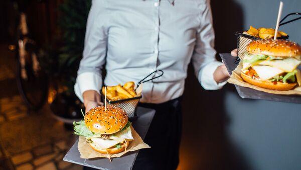 Ассортимент McDonald's пополнился двумя гурмэ-бургерами Maestro - Sputnik Latvija