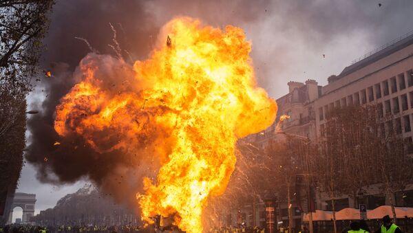Акция протеста желтые жилеты в Париже  - Sputnik Latvija